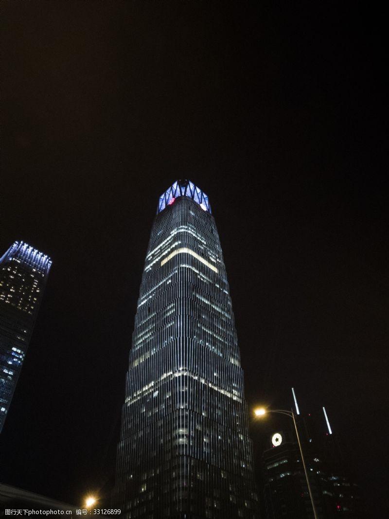 夜晚高層寫字樓亮燈圖片