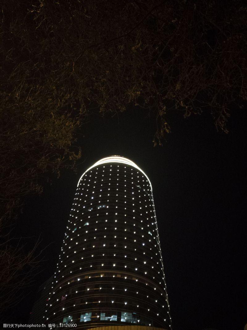 夜晚亮燈的高層寫字樓建筑