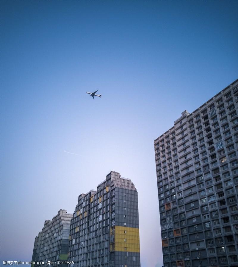 飛機劃過寫字樓高清圖片