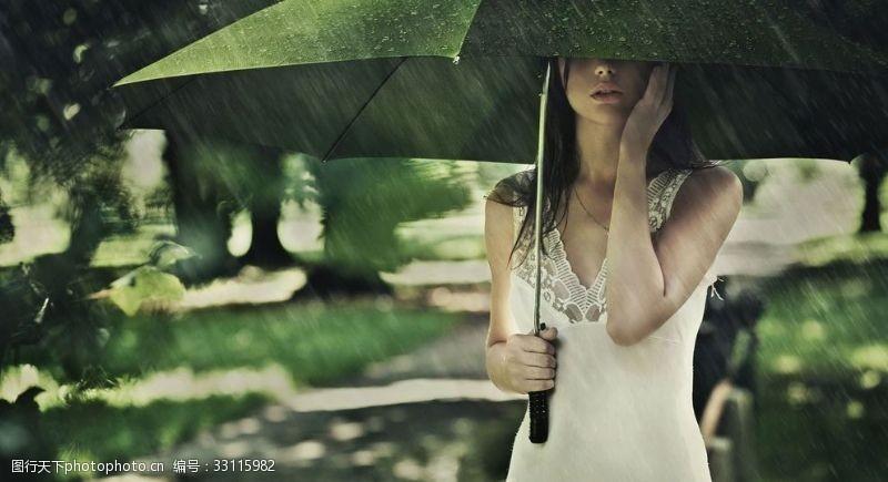 雨傘下的美女