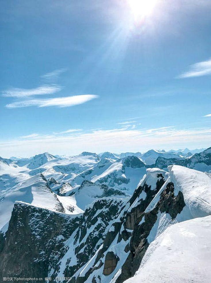 陽光下的雪山