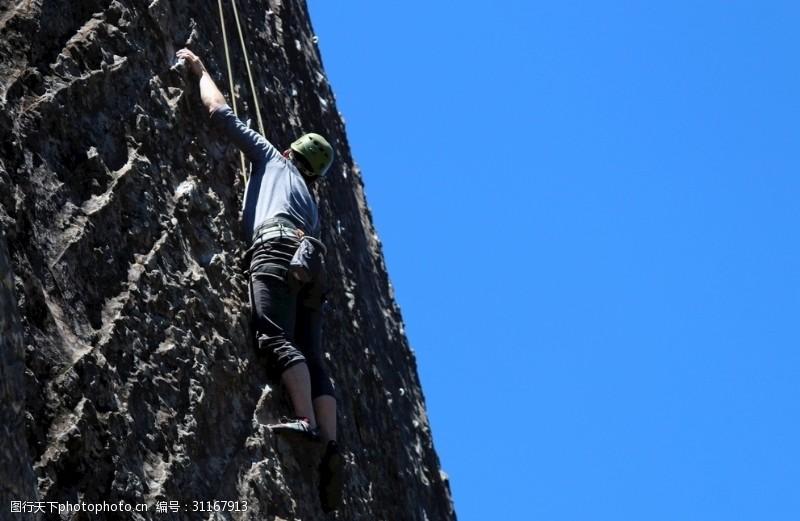 登山的男人登山