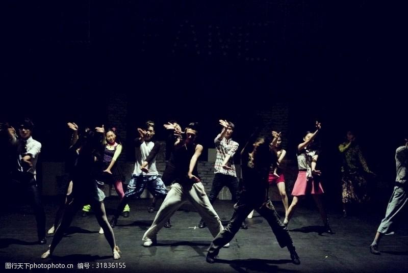 青春美女跳舞