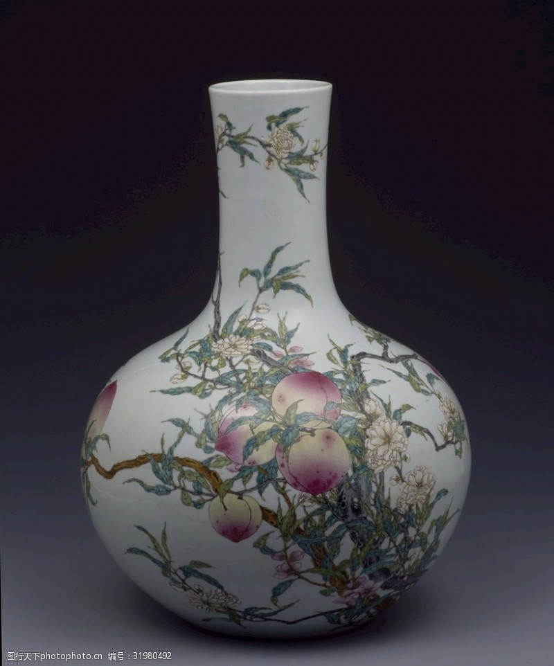 彩釉粉彩桃纹天球瓶(清乾隆)