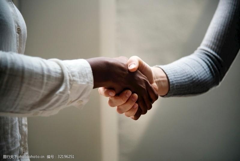 两只手握手