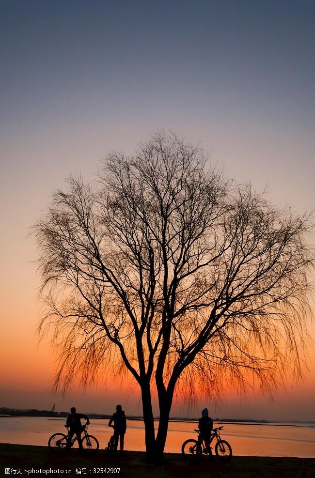 青春年华三个骑友湖边看夕阳