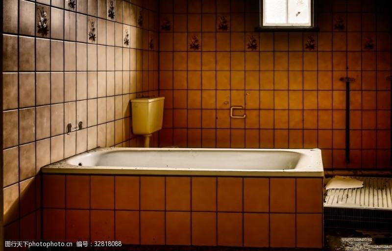 工作空间废弃的浴室中浴缸