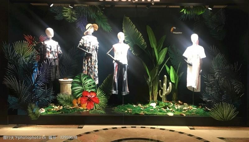 模特展示春夏季热带雨林风格女装橱窗