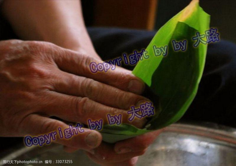 汨罗江包粽子